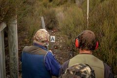 准备射击,长柄水杓猎枪比赛范围 免版税库存照片