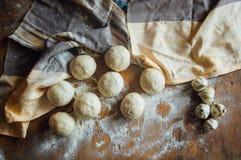 准备小圆面包面包 土气样式 自创增殖比的成份 免版税库存图片