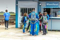 准备小组的跳伞运动员飞行 免版税库存图片