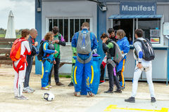 准备小组的跳伞运动员飞行 库存照片
