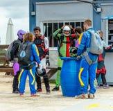 准备小组的跳伞运动员飞行 图库摄影