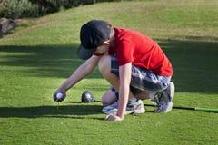 准备年轻人的高尔夫球运动员 免版税库存图片