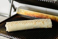 准备开胃Shawarma素食卷的过程烘烤了i 免版税库存图片