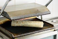 准备开胃Shawarma素食卷的过程烘烤了i 库存照片