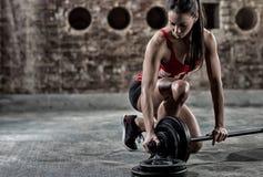 准备性感的健身的妇女练习一些大量的举重 免版税图库摄影