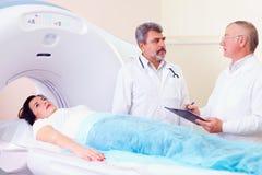 准备患者的两位医生对CT扫描器做法 免版税库存图片