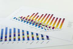 准备报表 蓝色图表和图 业务报告和堆在灰色反射背景的文件 免版税库存照片