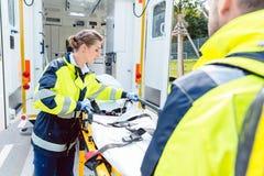 准备担架的医务人员在救护车 库存照片