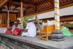 准备提供的人在果阿Gajah寺庙,亦称大象洞,著名地标,巴厘岛,印度尼西亚,18 08 2018年 免版税库存图片