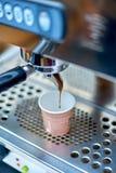 准备新鲜的咖啡和涌入纸杯的咖啡机器 库存照片