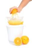 准备新鲜的橙汁紧压了与电榨汁器 库存图片