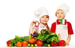 准备新鲜的沙拉的年轻意大利人厨师 免版税库存照片