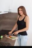 准备新鲜蔬菜和果子的一顿健康膳食少妇 图库摄影