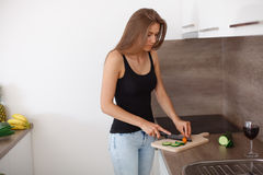 准备新鲜蔬菜和果子的一顿健康膳食少妇 免版税图库摄影