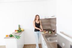 准备新鲜蔬菜和果子的一顿健康膳食少妇 免版税库存图片