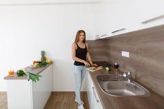 准备新鲜蔬菜和果子的一顿健康膳食少妇 库存照片