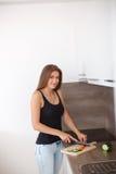 准备新鲜蔬菜和果子的一顿健康膳食少妇 免版税库存照片