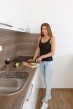 准备新鲜蔬菜和fru的一顿健康膳食少妇 免版税库存照片