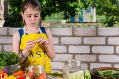 准备新鲜蔬菜的女孩 免版税库存图片