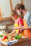 准备新鲜蔬菜食物沙拉的夫妇 免版税图库摄影