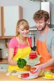 准备新鲜蔬菜食物沙拉的夫妇 图库摄影