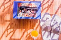 准备旅行 顶视图根本现代夏天妇女辅助部件海滩背景在木桌里 太阳镜,草帽, 免版税库存照片