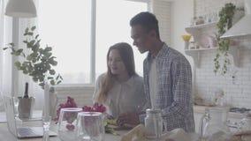 准备早餐或午餐的人种间夫妇在一个美丽的现代厨房里 非裔美国人的丈夫和白种人 股票录像