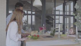 准备早餐或午餐的画象人种间夫妇在一个美丽的现代厨房里 非裔美国人的丈夫和 影视素材