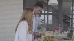 准备早餐或午餐的画象愉快的人种间夫妇在一个美丽的现代厨房里 非裔美国人的丈夫 股票视频