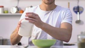 准备早餐的学士加牛奶滚保龄球用谷物,健康吃 股票录像