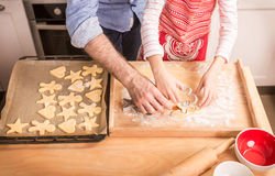 准备曲奇饼的父亲的和女儿的手烘烤 图库摄影