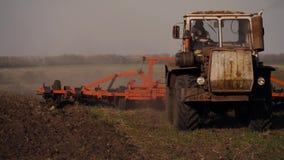 准备有温床耕地机的拖拉机土地作为前农业劳动的播种的活动一部分在农田 股票视频