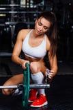 准备杠铃的美丽的健身妇女 免版税图库摄影