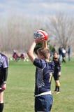准备橄榄球s投掷的符合通过对妇女 免版税库存照片