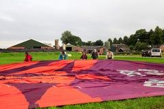 准备气球飞行的人们 免版税库存照片