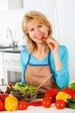 准备沙拉的妇女在厨房里 免版税库存照片
