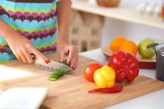 准备沙拉的妇女在厨房里 免版税库存图片