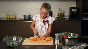 准备沙拉的小女孩在厨房里 股票视频
