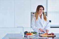 准备沙拉的微笑的美丽的妇女在早晨少妇早餐照片浴巾的 饮食 健康生活方式 库存图片