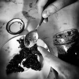 准备油炸圈饼 在黑白的艺术性的神色 库存照片