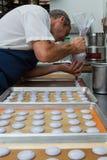 准备法国蛋白杏仁饼干 库存图片