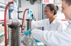 准备测试的研究员在科学实验室 免版税库存照片