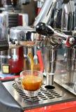 准备浓咖啡 免版税库存图片