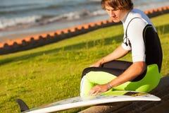 准备海浪表的新英俊的冲浪者 库存图片