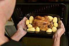 准备烘烤火鸡的年轻人 免版税库存照片