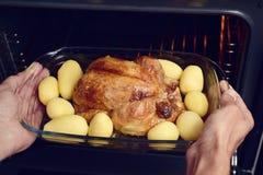 准备烘烤火鸡的年轻人 免版税库存图片