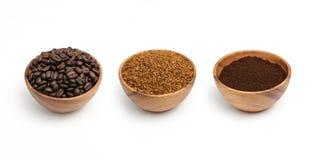 准备烤咖啡豆、被颗粒化的咖啡和咖啡粉末在木碗 免版税库存照片