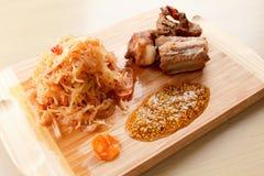 准备烤猪肉肋骨用蕃茄、红萝卜和圆白菜在切板 库存图片