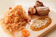 准备烤猪肉肋骨用蕃茄、红萝卜和圆白菜在切板 免版税库存照片