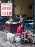 准备烤肉肉的越南妇女 图库摄影